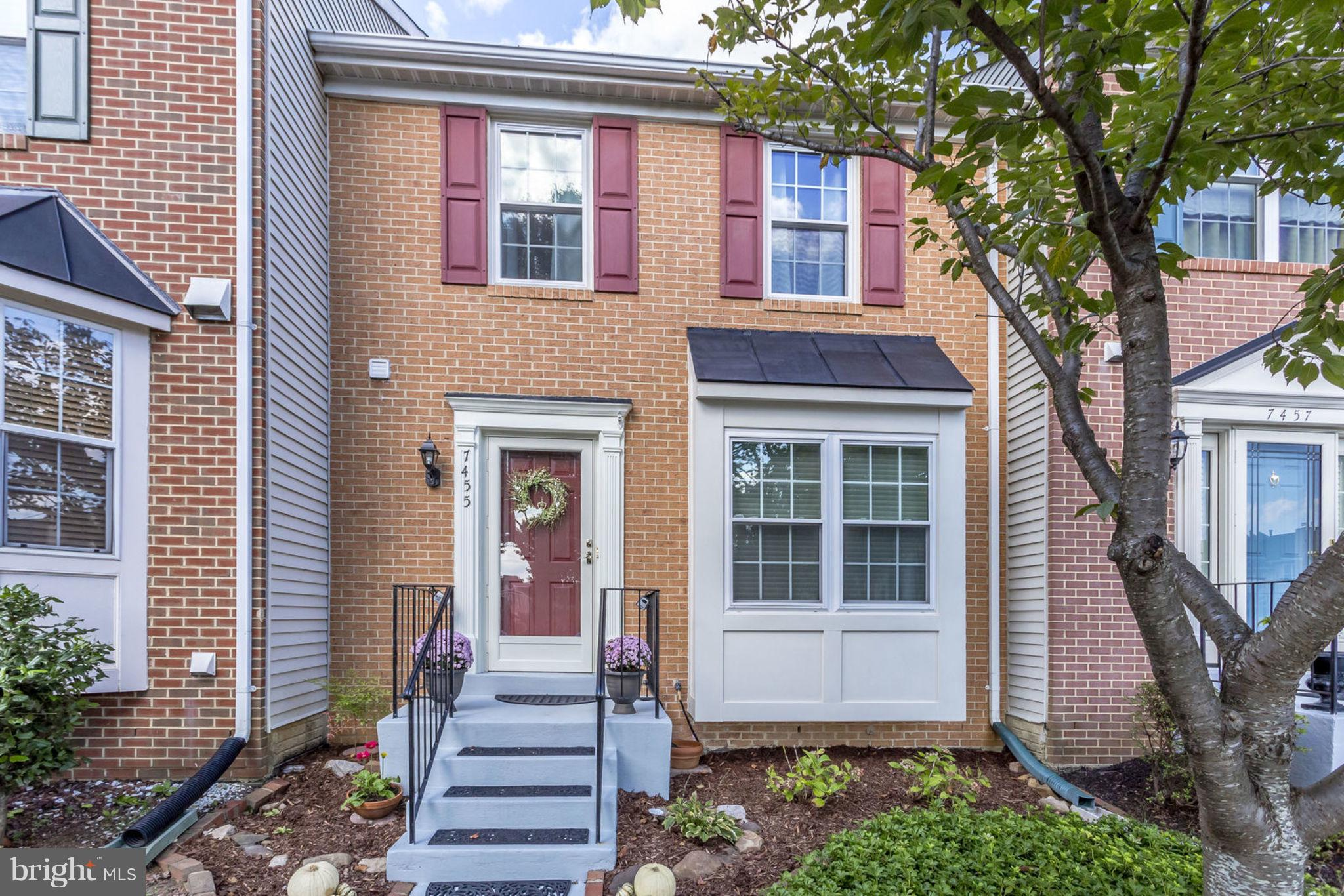 Beautiful 3 bd, 3.5 ba townhome in sought-after Kingstowne! Tastefully updated kitchen and baths, plus hardwood and tile throughout. Three bds upstairs, including master with en-suite. Vaulted ceilings and great open floor plan. Fully finished lower level with flex room, full bath, laundry room and living space with gas fireplace. Huge walkout multi-level deck for entertaining! A must-see!