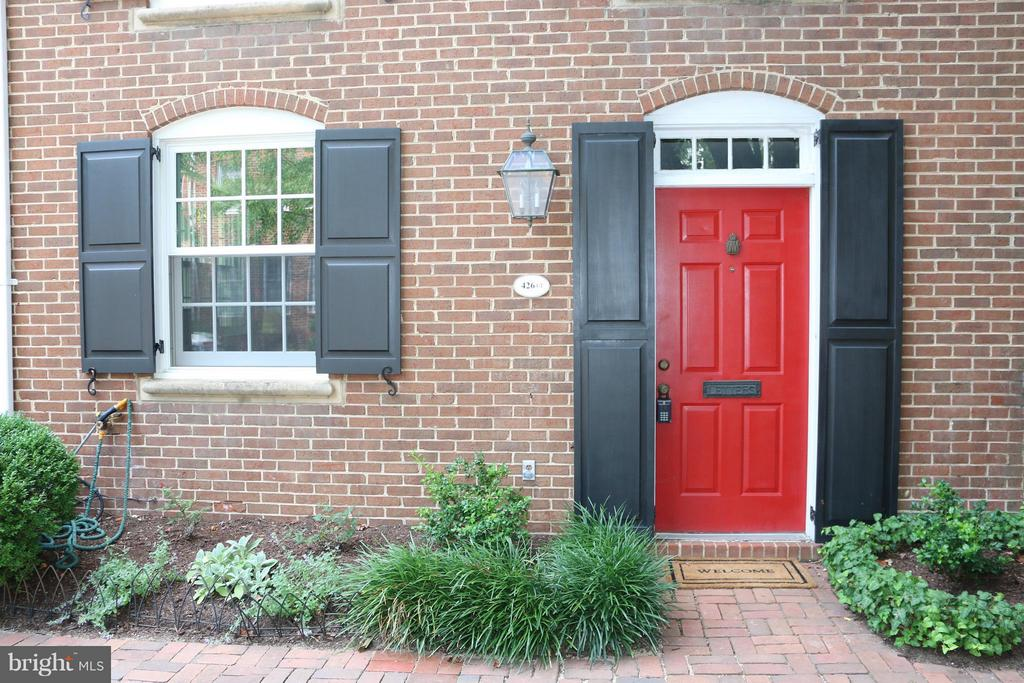 1 Bedroom Condo located four blocks from King Street with off street parking space. Hickory hardwood floors, granite counter tops, washer/dryer plantation shutters. Two Fireplaces. This charming unit is close to restaurants, shopping, Harris teeter and Trader Joes.