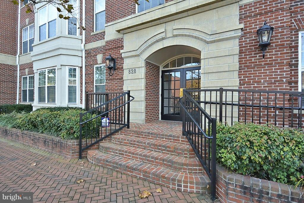 Gorgeous & rarely available 2200 sq.ft one-level luxury corner penthouse in immaculate condition close to river, bike path & metro.3 bedrooms, 3.5 baths, elegant living room w/gas FP, full-size dining area, family room, study/Bed 3 & spectacular 34ft wide sunny terrace w/ views towards DC. New kitchen & master bath, gleaming HWD floors & 9ft ceilings. One parking space w/extra parking available.