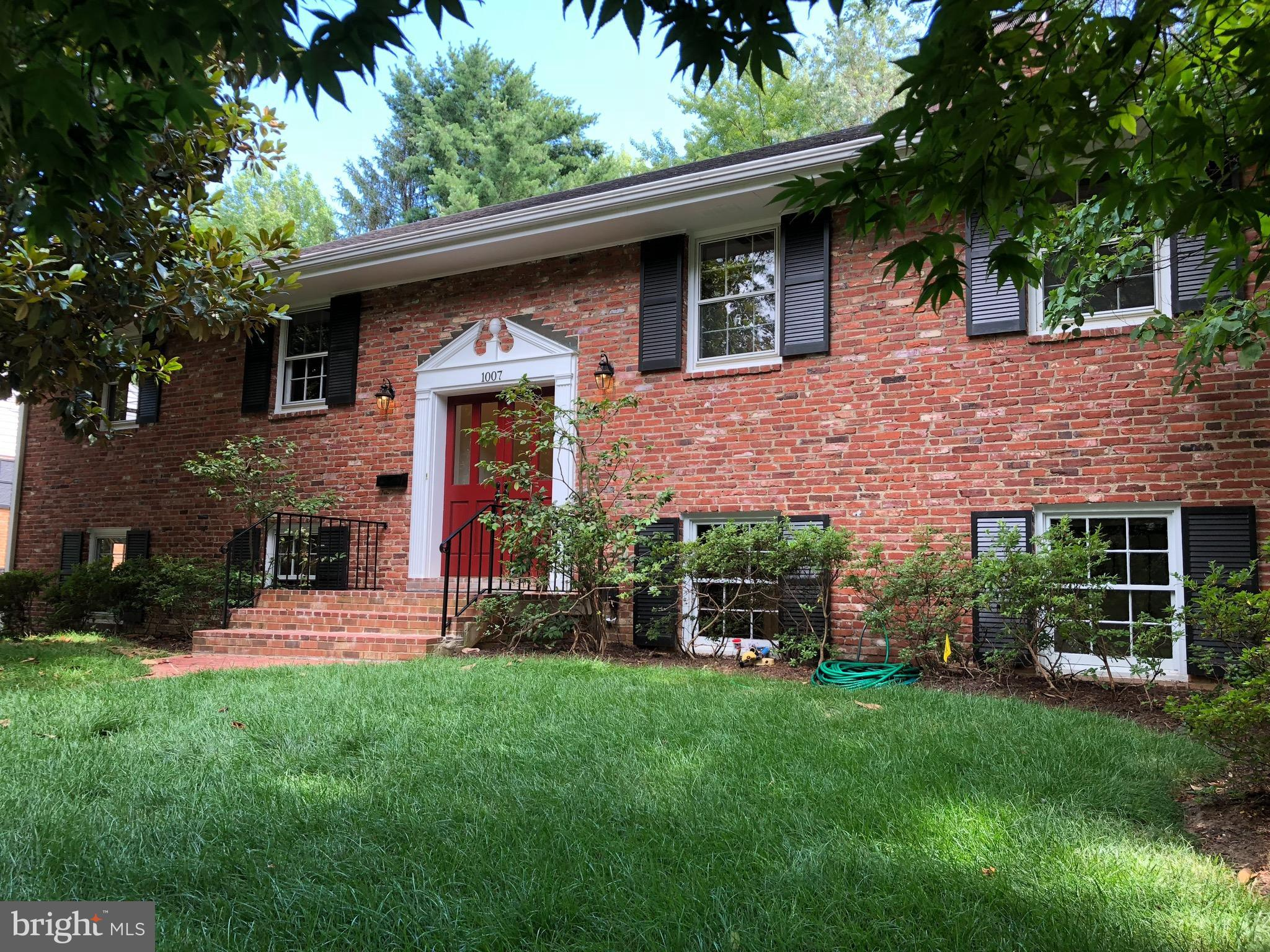 LARGE REMODELED (3000+SQ.FT) 5 BEDROOM 3 BATH SF IN WAYNEWOOD !! GARAGE, 3 FIREPLACES (2 ARE GAS), HARDWOOD FLOORS,  HUGE KITCHEN WITH FIREPLACE. ALL NEW BATHS. NEW CARPETS, FRESH PAINT, LG STORAGE AREA.  WALK IN CLOSET.  GREAT AREA. BY THE POTOMAC RIVER/BIKETRAIL. WALK TO SCHOOLS/POOL/PARK. MNTS TO OLD TOWN, EASY COMMUTE TO THE PENTAGON, FORT BELVOIR AND DC NOTHING TO DO!!!