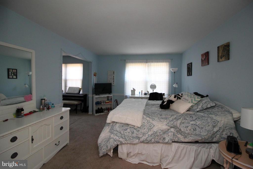 10405 Carriagepark Ct, Fairfax, VA 22032