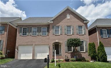 BEAUTIFUL SINGLE HOUSE IN LORTON VALLEY NORTH. MAIN LEVEL  OPEN FLOOR PLAN W/KITCHEN OPENING TO BOTH LIVING ROOM & BREAKFAST NOOK LEAD TO BACKYARD DECK. UPPER LEVEL HAS 4 BR'S W/3 FULL BA. LOWER LEVEL BEDROOM/DEN W/REC RM & FULL BATH MINS TO SHOPPING, FF PKWY & 95.