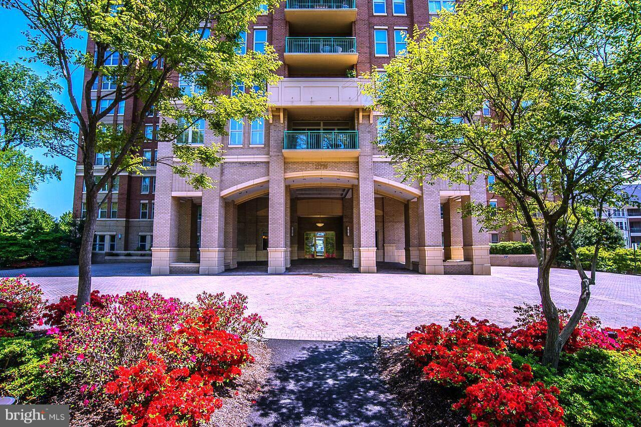. Bring offers Large, spacious 3 bedroom, 3 bath condo overlooking Reston Town Center., large eat in kitchen + formal dining room. Sunroom off dining rm , special office or den off master suite.2 parking spaces and 1 storage space. Stratford condos have 130+ guest parking spaces on the grounds and has lots of social activities. Special reserved parking in garage.