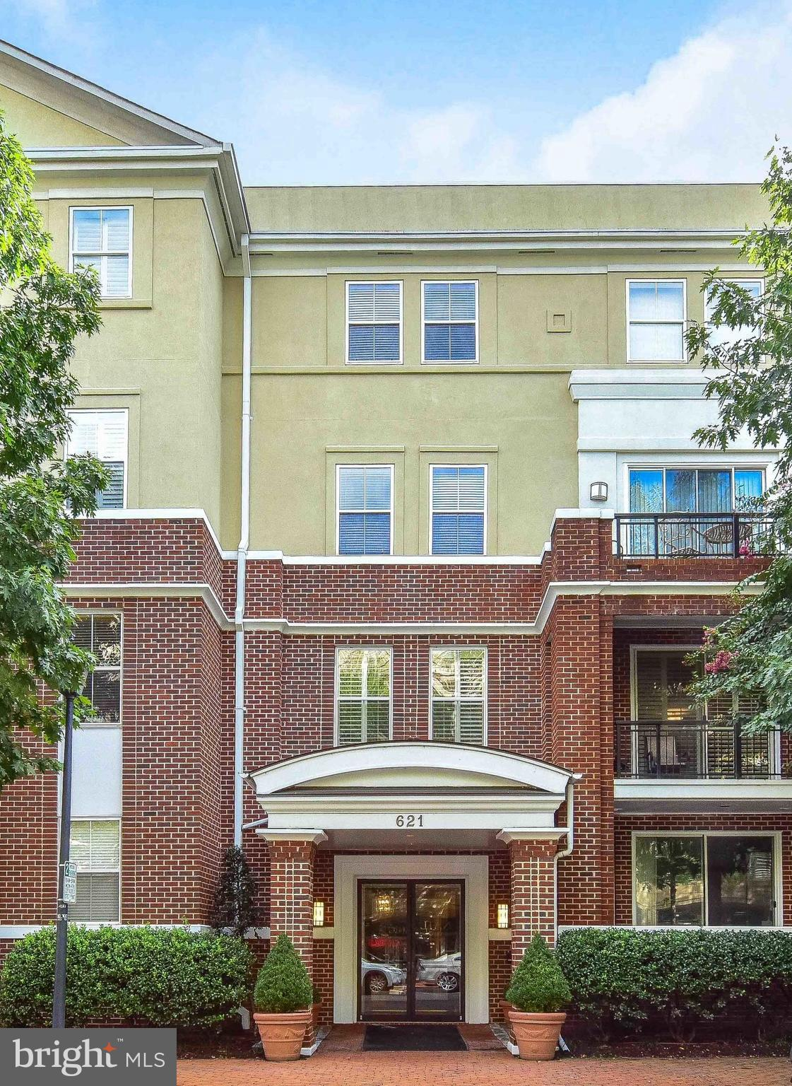 Rarely available 3 BR 2.5 BA condo flat, w/ priv balcony, 2 gar spaces & sep. storage rm  in the heart of Old Town. Beautiful kit w/ top grade appl. & cabinets + granite counters.Lots of natural light from 3 expos.  Expansive owner's suite has lg walk-in closet w/ built-ins, bath w/ double vanity, shower & sep soaking tub. Walk Score 92  Some of the furnishings are available under sep bill of sale