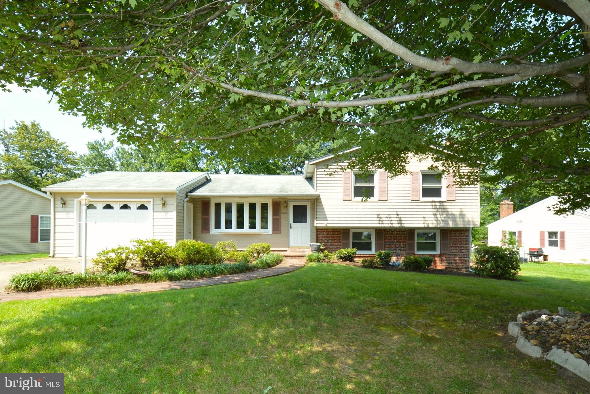 """CHARMING HOME*GOURMET KITCHEN-42"""" CABS*TOP O THE LINE STAINLESS STEEL WHIRLPOOL APPLIANCES TO INCLUDE-5 BURNER GAS RANGE-BRAND NEW MICROWAVE-REFRIGERATOR-DISHWASHER*GRANITE COUNTERS*RECESSED LIGHTING*BRAND NEW MASTER BATHROOM NEVER USED-TASTEFULLY DONE!*4 CEILING FANS*NEW WALL MOUNTED FLAT SCREEN SHARP TV CONVEYS*BAY WINDOW*NEW WINDOWS&SLIDING GLASS DOOR*MANICURED FRONT& BACK YARD !HURRY!"""