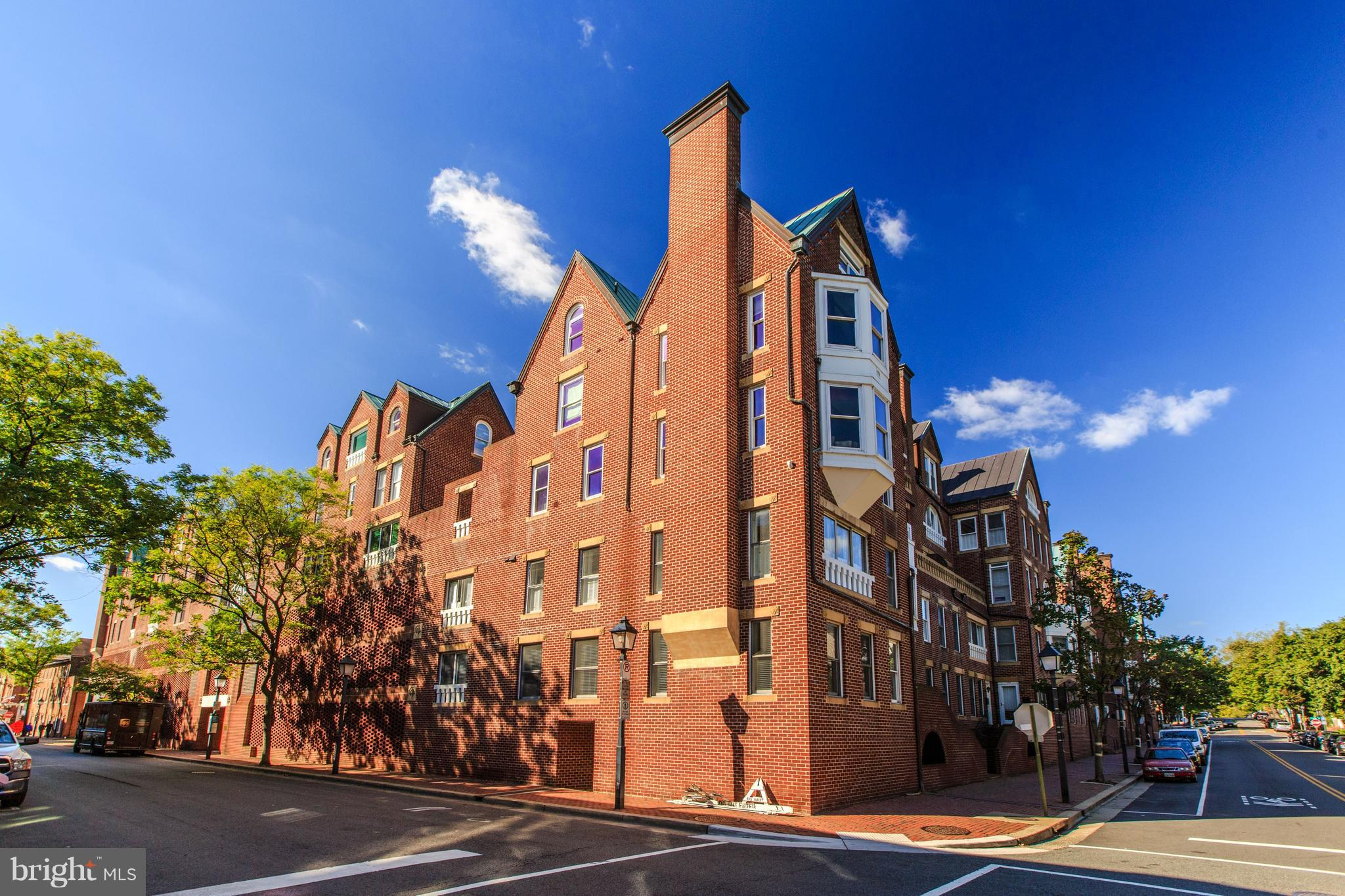 Located in Alexandria's Historic Torpedo Factory w/ views of the Potomac and Capitol! Renovated PH w/ Cherry hw floors, SS appliances, integrated Keurig in refrigerator. Living Rm & Dining Rm w/ Wet Bar & fireplace. Private Master Bedroom w/ walk-in closet and Bath. Walking distance to shops, restaurants, parks & more!