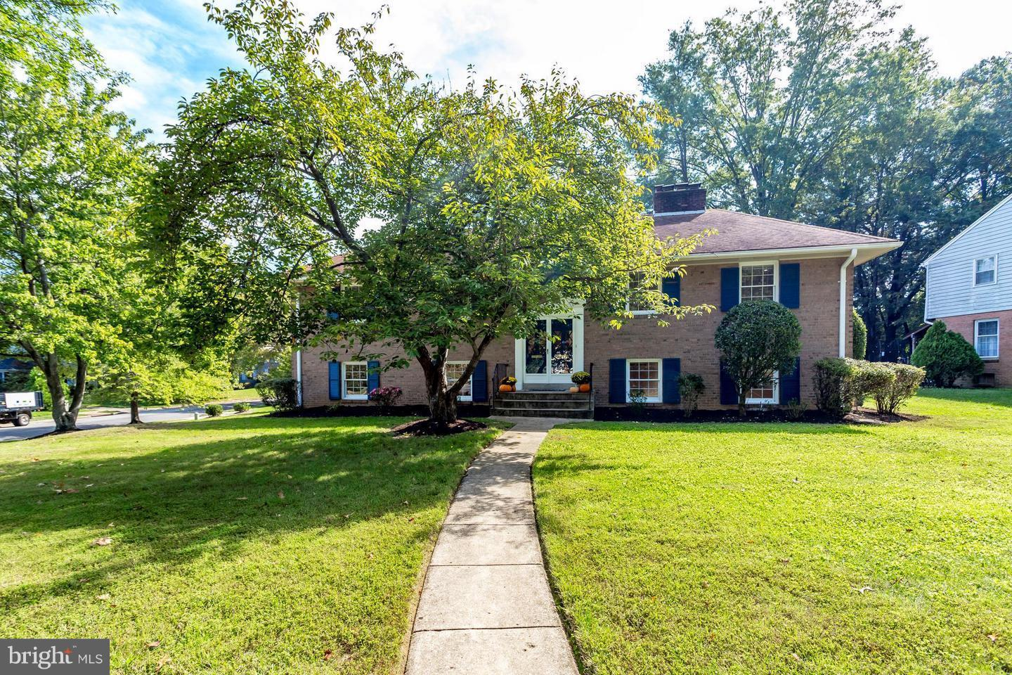 Fantastic rental in the heart of Waynewood!  Large 5 bedroom, 3 full bath split foyer situated on a corner lot on a picturesque street.  Available for lease immediately.