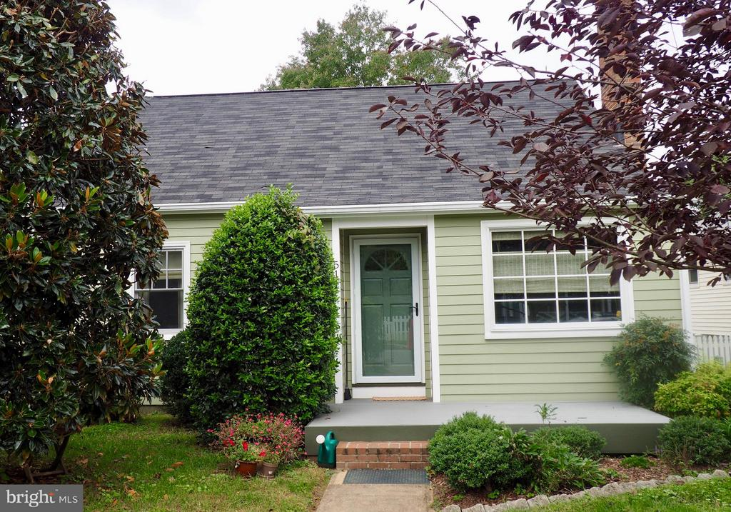 Charming 3bdrm cape cod in the city! Looking for character? This is IT! Home features newer Hardie board siding, newer wndws, hrdwd flr, renovated kitchen w/ Quartz counter-tops, SS appliances, gas dual zone range, renovated bath w/ custom bamboo vanity, tile flr, mster bdrm on main level. bsmt, LL rec room & wrkshp, great fenced yrd w/ shed.. Mins to downtown, VRE, college & hospital.