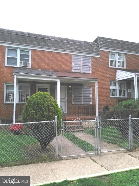 Updated townhouse with newer paint, new kitchen/appliances, hardwood above 2 levels, walkout level basement with a family room. Great location close to downtown, shopping, and all major highways. Schedule a showing before it is gone!