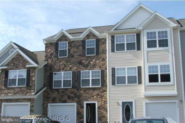 Reasonably price townhouse at Cattail!   Offering affordable living with lots of space. This unit is nice and bright! Separate utility room.