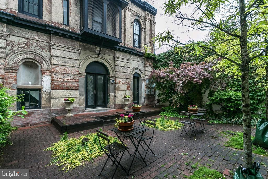 OPEN HOUSE SUNDAY, AUGUST 25TH 2:45-4PM. SWEET MT VERNON PIED-A-TERRE IN A QUAINT DETACHED CARRIAGE HOUSE. 2 STORY 1 BED/1 BATH CONDO STEPS TO THE MONUMENT, RESTAURANTS, SHOPPING AND CITY LIFE! PERFECT SPACE FOR 1-2 PPL. SPACIOUS LIVING RM W/ WOOD BURNING FPL, EFFICIENT GALLEY KITCHEN, LUXURIOUS MASTER BEDRM W/WOOD BURNING FPL, NEW SPA-LIKE MASTER BATH, AND WALK-IN CLOSET. NEW HEAT PUMP/AC & REAR WINDOWS.