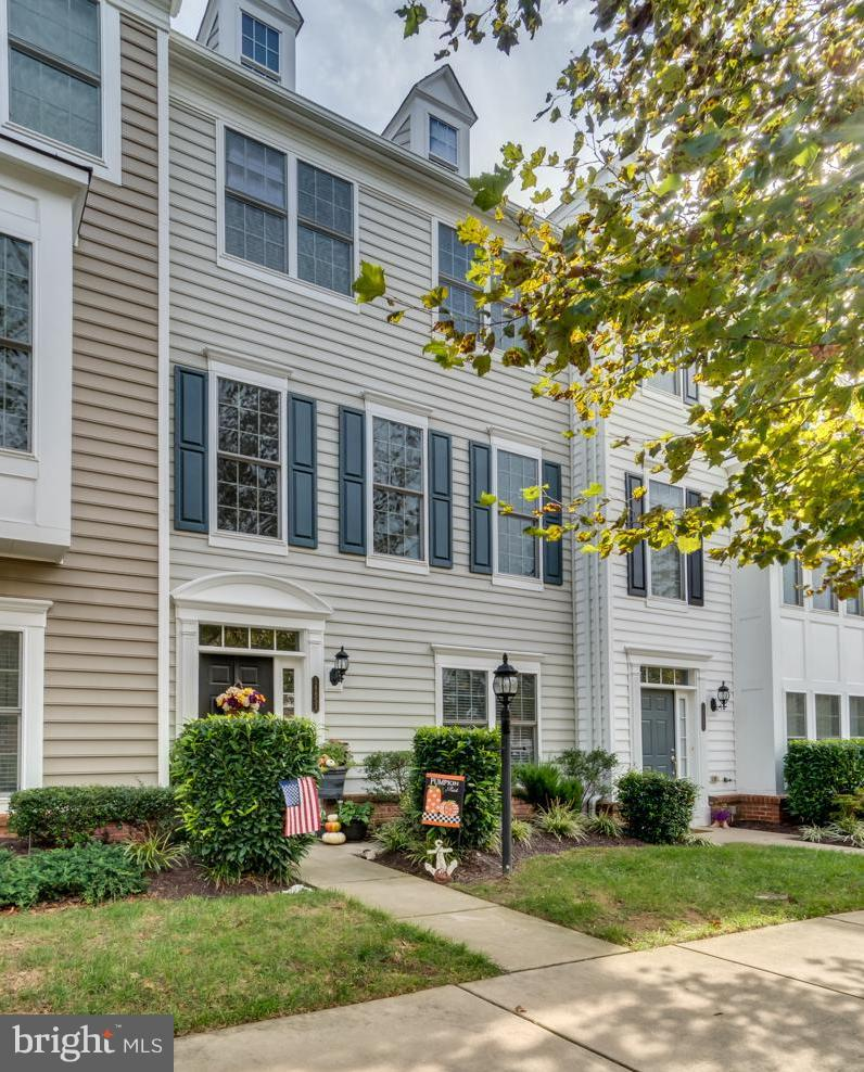Well maintained Colonial will WOW you the moment you walk in! Come see for yourself! ML Foyer & Flex RM, Half BA & access to Garage! UL1 large open FR, DR, Gourmet Kitchen w/gas cooktop & Granite countertops, Breakfast Nook & Access to Deck! UL2 has Lrg Mstr Suite w/Trey ceiling, WIC & Luxury BA! 2 Addt'l BR's & Full BA! Walking distance to shopping,restaurants & entertainment!Quick commute to DC!