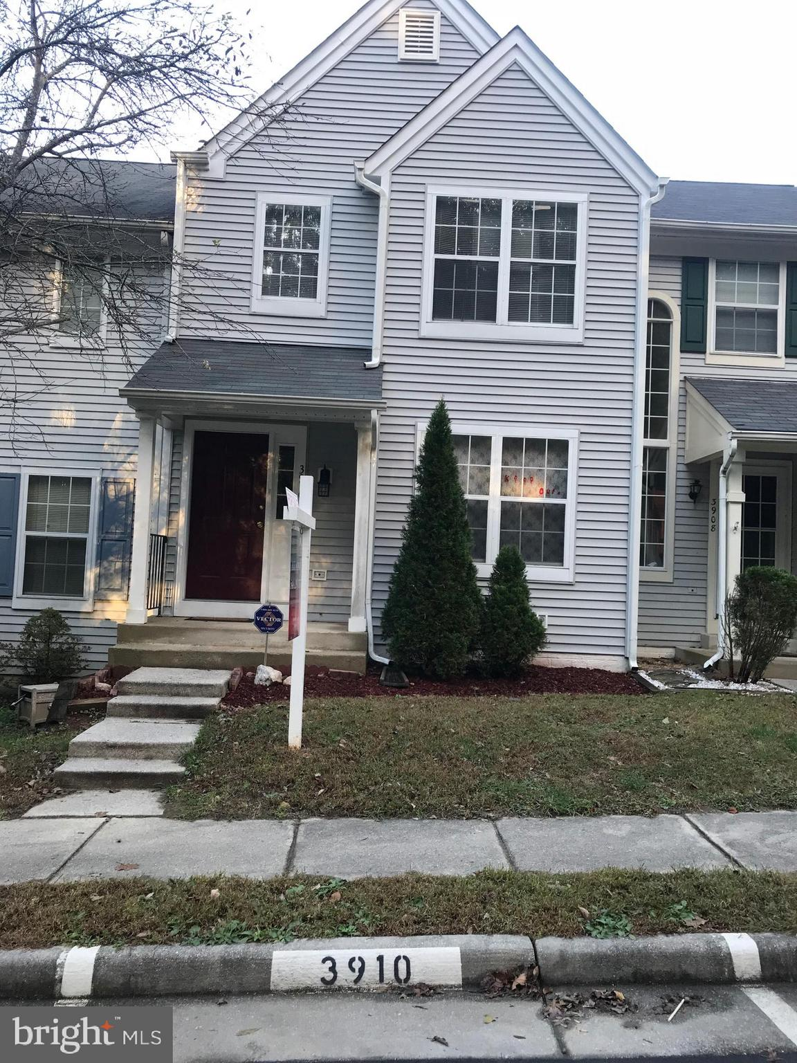 Charming center unit has brand new siding, brand new roof, brand new carpet.  Fully Finished walkout basement, close to shopping, close to schools, move  in ready!!!!