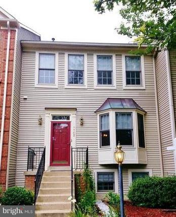 Gorgeous rental completely remodeled in 2015. Almost 2,400SF, 4BR, 3.5BA in Kingstowne area.  Hardwood floor throughout, granite counters, marble backsplash, stainless steel  marble MBA, NEW porcelain floors, high-end bath fixtures. Close to Springfield metro,  Fort Belvoir and Wegman's.