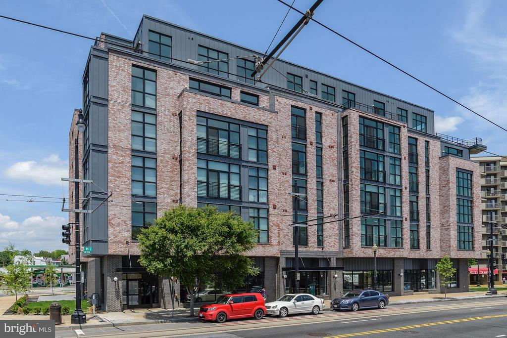 LAST CHANCE TO LIVE AMONG THE STARS! FINAL RESIDENCE AT CONSTELLATION ON H!! Luxury new construction penthouse duplex, Black Stainless Steel appliances, quartzite counter tops, and floor to ceiling windows in every room. Run don't walk to make an appointment for a tour of this amazing property! Quick Close available!