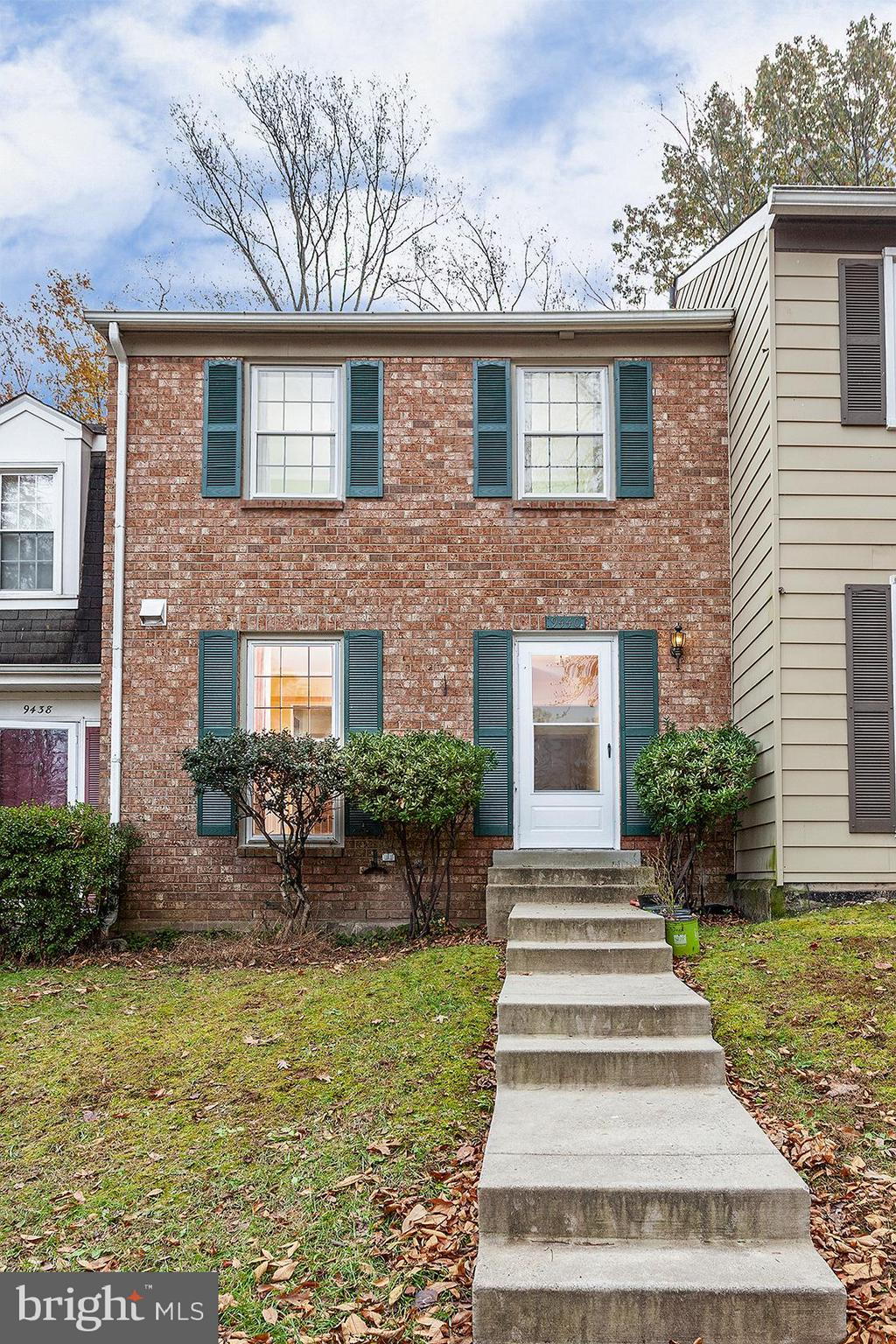 GOOD LOCATION !! BRICK FRONT TOWNHOUSE W/3 LEVELS, 3 BEDROOMS, 3.5 BATHS. NEW ROOF, FRESHLYPAINTED,WASHER/DRYER(2017),DISWASHER ,MICROWARE, KITCHEN  UPDATED W/NEW CARBINET(2018) WITH W/SS APPLIANCES, MASTER BATH(2018),POWER ROOM (2018).WALK TO SHOP, FINISHED LOWER LEVEL W/ FULL BATH & UTILITY RM, FAMILY ROOM WALK OUT TO FENCED BACK YARD.