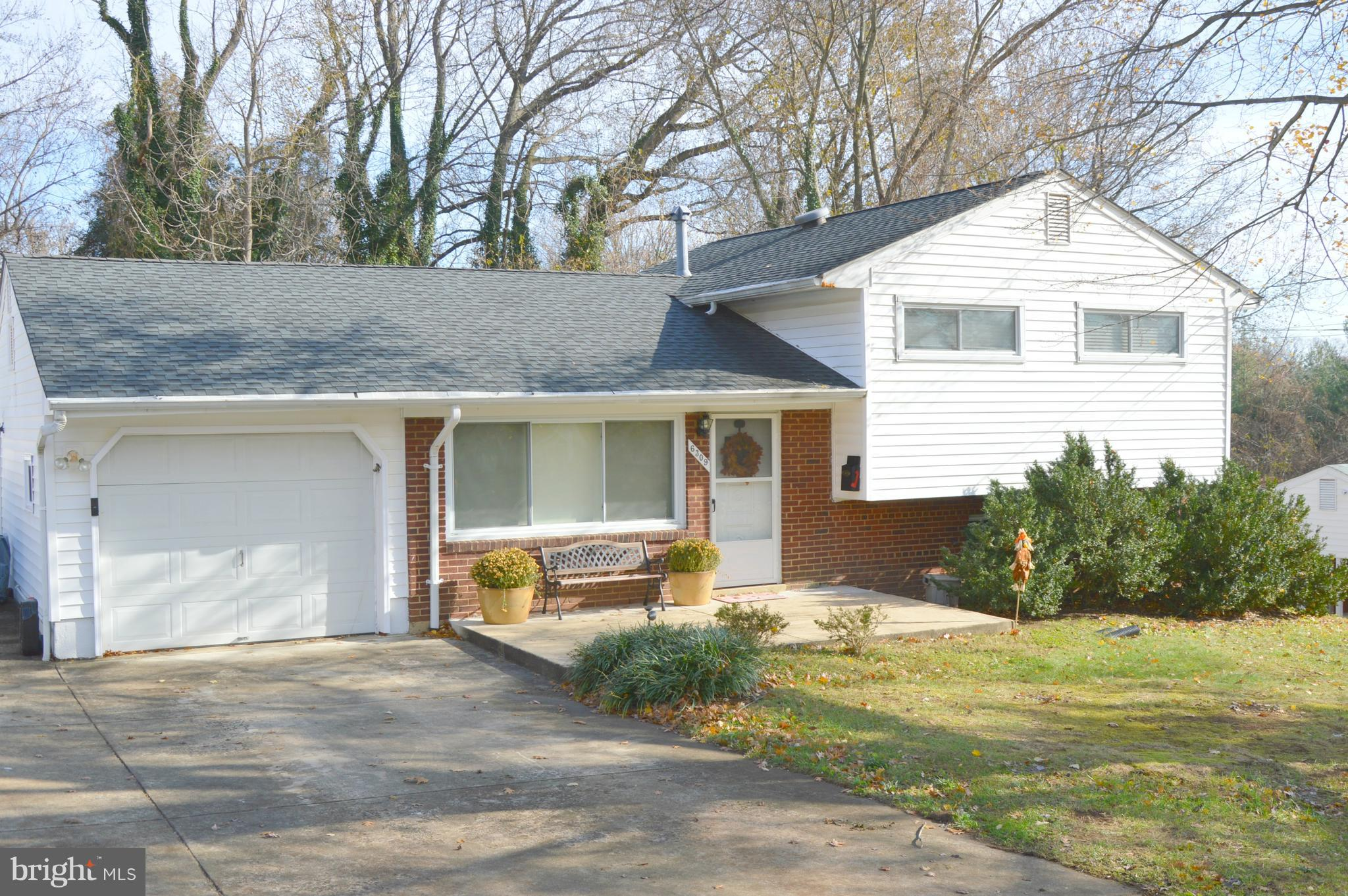 ATTRACTIVE 3 LEVEL/SPLIT LEVEL HOME IN ROSE HILL FARMS. LARGE FENCED REAR YARD, ONE CAR GARAGE, OVERSIZED DRIVEWAY, NEWER TOP OF THE LINE ROOF! MOVE IN CONDITION! CLOSE TO ELEMENTARY SCHOOL, LIBRARY,REC CENTER,SHOPPING , 2 METRO STOPS AND THE BELTWAY.