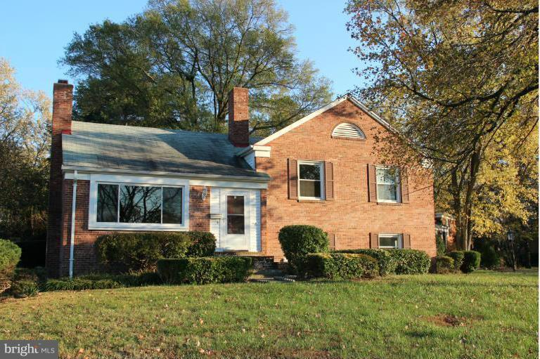 1/2 mile to Braddock VRE! Minutes to 395, METRO Station, Ft. Belvoir/NGA. Great corner lot & big Fenced back yard w/ NEW Deck. Quiet neighborhood w/ Plenty of Parking. Hardwood, charming arches, gas cooking, finished basement w/den & office/guest room. Washer/Dryer. Lots of storage. NEW Furnace and A/C!!! Pet case-by-case/$500 deposit. $45 cert. app fee for credit check.