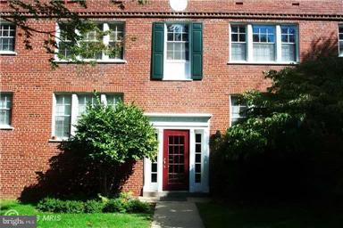 Convenience of CLOSE IN Colonial Village . Walk to COUTHOUSE OR ROSLYNN METRO STATIONS!. Move in! Close in and Convenient! Tenan't pays electric. Call tenant for appointment.
