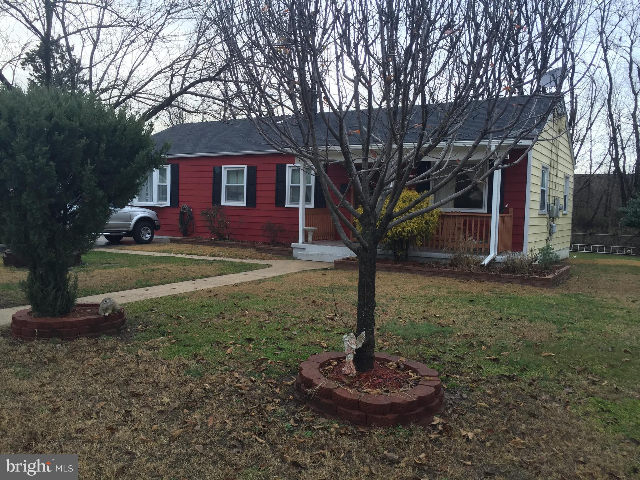 Solid house !!!!!    ****    Nice one level rambler, few blocks away from Huntington metro. Close to major routes and public transportation.  Good size master bedroom.  Hardwood floors. Nice flat front and back yard.  Oversized concrete driveway.