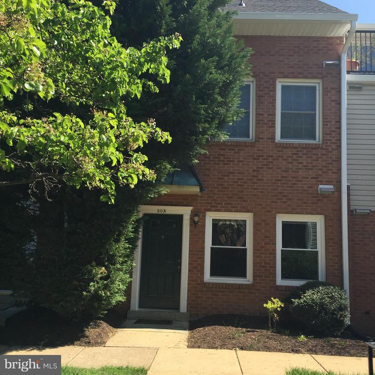 Condo is located 1.2 miles from Clarendon Metro *1BR 1BA* freshly painted. Updated kitchen w/granite and backsplash
