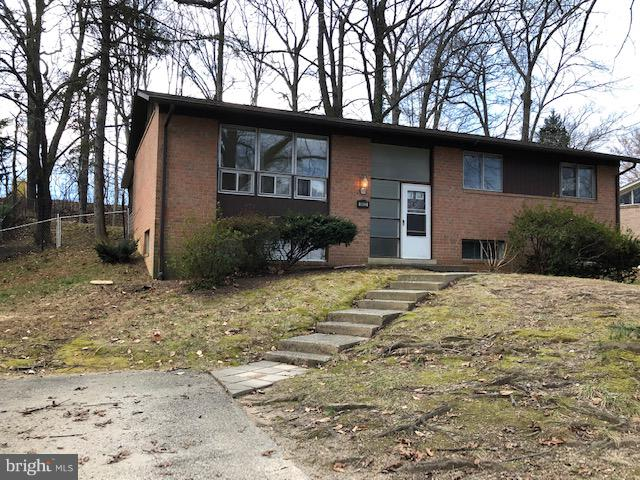 LOCATION!  Kings Park West w/Easy Access to I-495 Beltway, Metro, GMU.  Bright!  Vaulted ceilings and Hardwood floors in LR/DR.  Bright LL Family Room, 4th Bedroom and Full Bath.  Lots of Storage . Screened porch off Main Level. Fully Fenced Backyard.