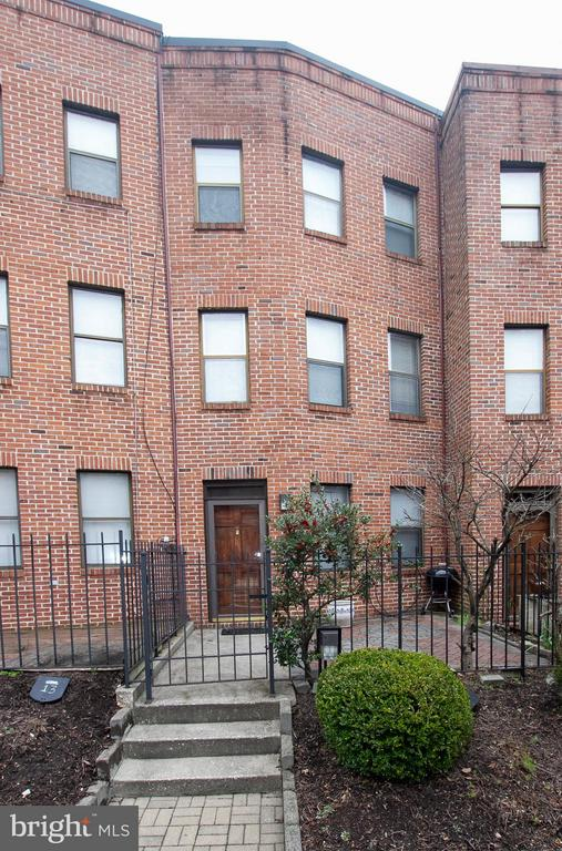 """Classic, Convenient Townhouse In Mt Vernon Mews. 2 Baths, 2 Large Bedrooms, Fireplace, Wood Floors, Levels, Washer & Dryer Upstairs, Gated, Brick Front Patio, Secure Parking Lot. Property is being sold""""As- Is."""" Motivated Seller. Make An Offer!"""