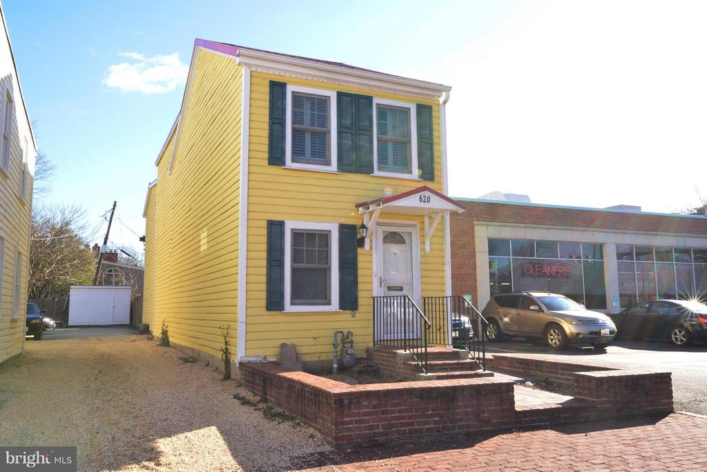 Renovated  3 Bedroom, 3.5 bath Detached home in Old Town Alexandria. Very close to Shopping, restaurants, etc...Shows beautifully.  Home goes way back, must see inside. Updated kitchen with granite and stainless steel appliances. Hardwood floor throughout. Enclosed backyard for outdoor privacy. A must see.