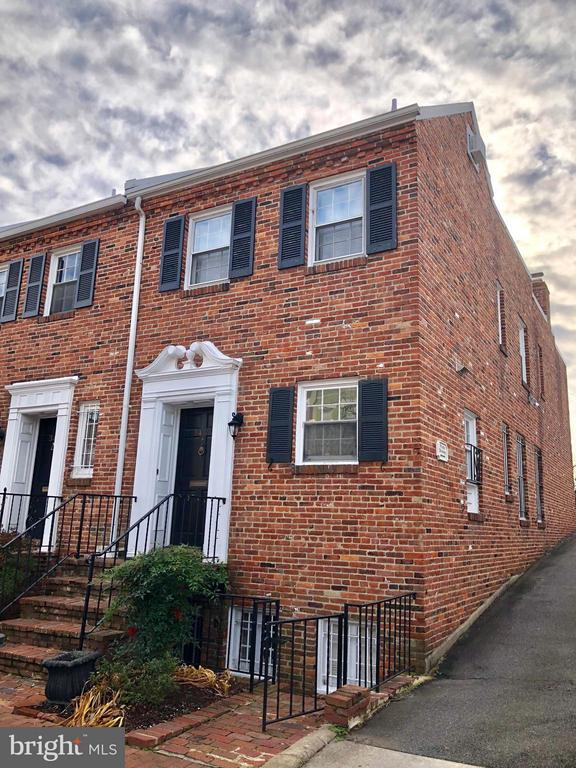All brick end unit townhouse for rent , 4 bedrooms and 3.5 bathrooms, 2 parking spaces on the back, fenced back yard, in Georgetown.