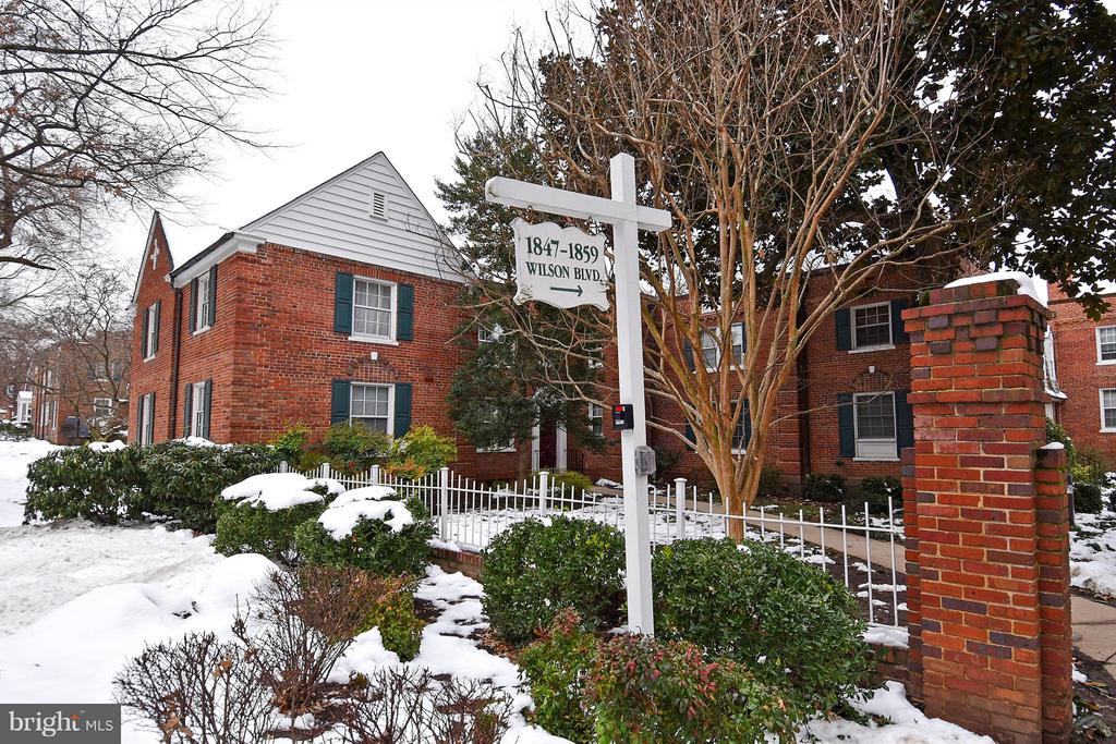 WELCOME HOME TO THIS CHARMING AND SPACIOUS ONE BEDROOM HOME IN THE HEART OF ARLINGTON. SUNNY TOP LEVEL UNIT WITH LOTS OF POTENTIAL.  ENJOY LIVING IN POPULAR COLONIAL VILLAGE. WALKING DISTANCE TO COURTHOUSE AND ROSLYN METRO STATIONS, GREAT RESTAURANTS, SHOPS AND ENTERTAINMENT.