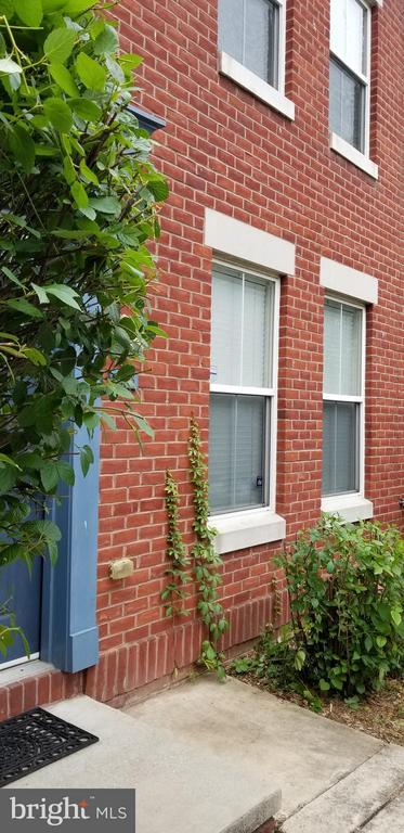 Newer townhouse with 2 bed 1 full bath , built in 2004, walking distance to John Hopkins Hospital, Street parking on quiet street, hardwood floors, Walk-in closet in master bedroom, full-size washer and dryer. Tenant occupied so try to give notice. Applicant's credit score needs to be NLT 600.