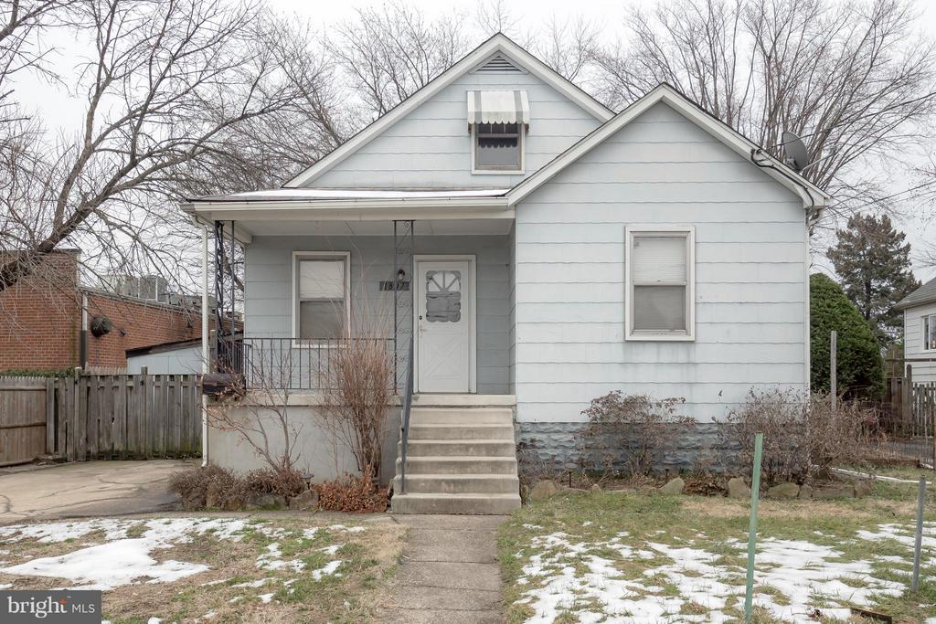 Commercial Business Local Space or Spend more time at home with your family and make this beautiful home yours. Excellent location close to shops and restaurants. This is a great location for a home business as well being zoned BL so you can run your business from here! The backyard is pretty great with LOTS of room to play and hang out with the Family!