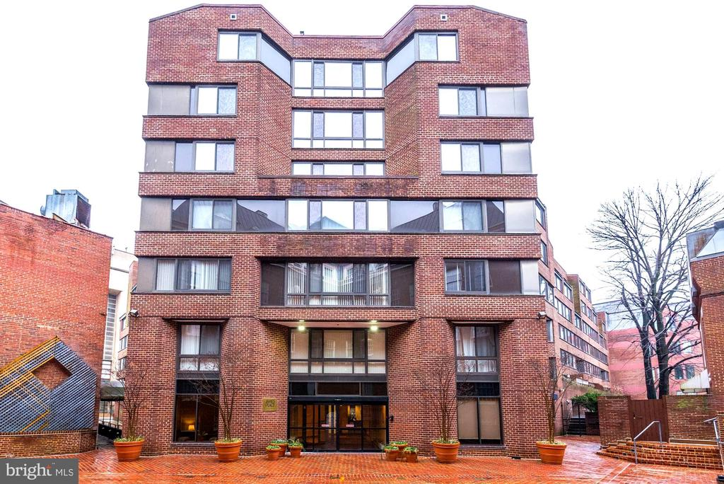 Impressive James Place condo in the heart of Georgetown! Nearly 1100 sq. ft., 2BR, 2BA with garage parking & additional storage.  Features incl: light-filled open space with floor to ceiling windows in living room; updated kitchen w/ SS appliances, master en-suite bedroom with walk-in closet & hardwood floors. Walk-score 95 with easy stroll to Foggy Bottom metro, Georgetown Waterfront, C & O Canal.  24-hour concierge & pet-friendly!  Note tax record is believed to be incorrect regarding number of bedrooms in unit.