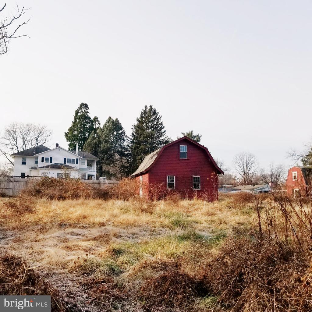 Great location, almost 1 full acre, buildable land with potential to subdivide into 2 separate 14,000 square feet lots or build 1 large luxurious house. Bring your vision builders, developers, custom home builders and or investors. This is a good opportunity in  a wonderful location.