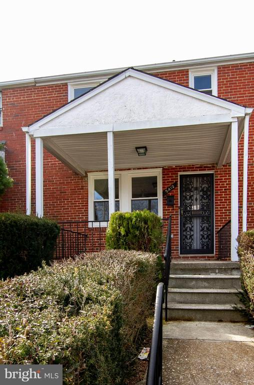 *Now Available* 3 Bedroom Townhome with updated kitchen and baths, new carpet, fresh paint and finished lower level for additional living space.