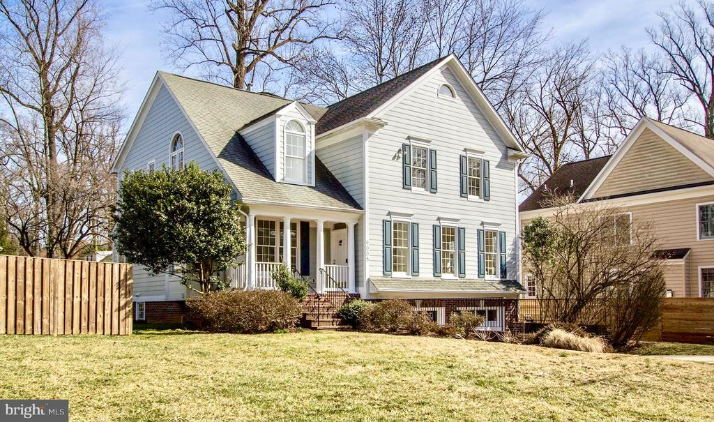This picture-perfect Colonial on a cul-de-sac influences it's idyllic setting with charm and style. Wonderful flow for entertaining, spacious main level reception rooms with renovated stainless, granite kitchen. Sumptuous master suite w/double sink vanity, laundry room, lower level family oasis features entertainment room and additional bedroom en suite. Large lot with tranquil fenced in rear yard. 2 car garage parking !