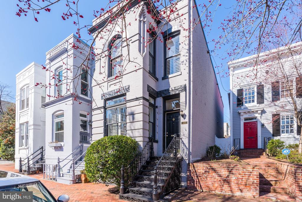 Federal style semi-detached townhouse in the heart of Georgetown. Large, open living room w/ fireplace and a spacious eat-in kitchen overlooking rear patio. Great master bedroom w/wall of closets, finished lower level with an additional bedroom & plenty of storage space.