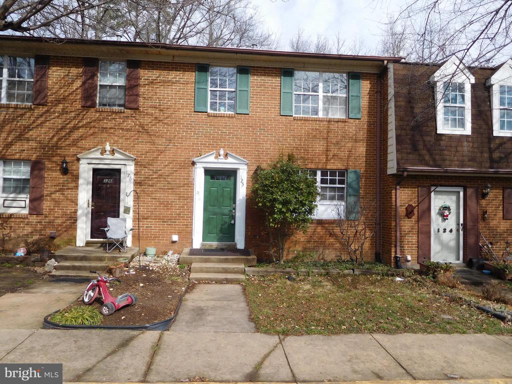 Renovated townhouse in the City of Fredericksburg,new oak flooring,cabinets,backsplash,granite,kitchen cabinets and carpet. Nice deck overlooking creek Great location won't last long. Large bedroom in basement NTC
