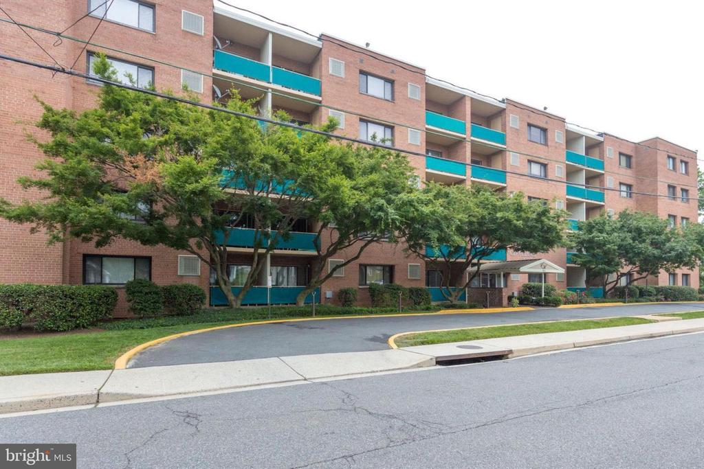 Must see fully remodeled 1 bedroom 1 bath condo, hardwoods throughout, New appliances, new windows, new HVAC, Excellent location just minutes from Courthouse & Clarendon metro's, Italian store and MOMs Market. Includes an assigned parking spot.