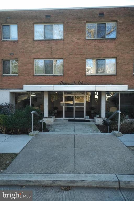 Spaciaous~1 bedroom apartment in Cleveland Park.Minutes to the metro, bus lines, restaurants, bars, the Zoo, library and more!  Perfect for the first time home buyer or great as an investment purchase. Includes off-street parking.