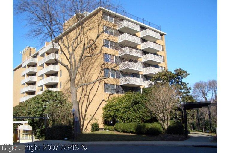 Just off of Lee Highway and only 5 blocks to Courthouse Metro. Metro bus available. Minutes to DC and Rosslyn. Adjacent to bike trail. FRESH PAINT. NEW WOOD FLOOR. NEW GRANITE COUNTERTOP. One assigned parking space. Building has visitor parking spaces. Pool, rooftop deck. Rent includes all utilities. Available immediately.