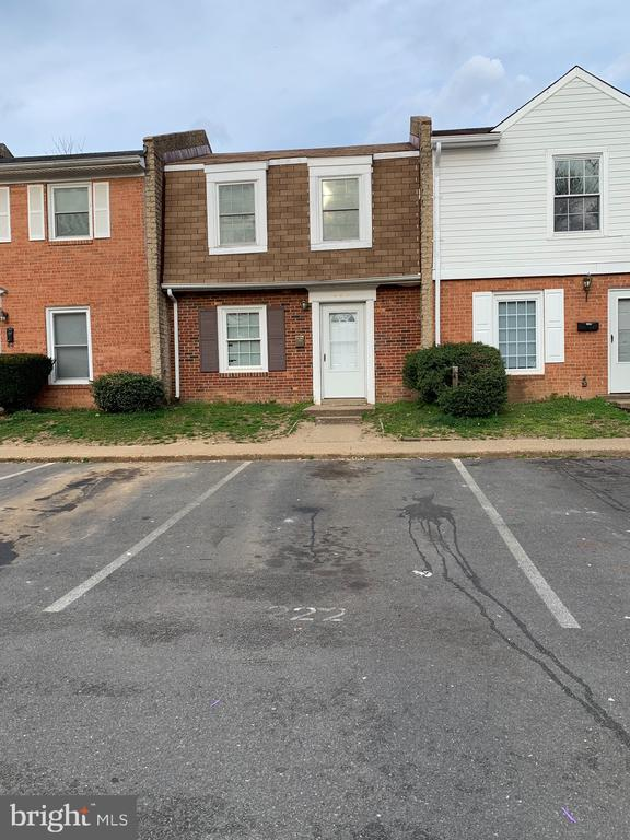 2 bedroom 1 1/2 bath townhouse with low HOA fees convienent to local shopping, jobs.  Ceramic tile in kitchen and eating area. Laundry on main level. Patio. Carpet in bedrooms and living room.