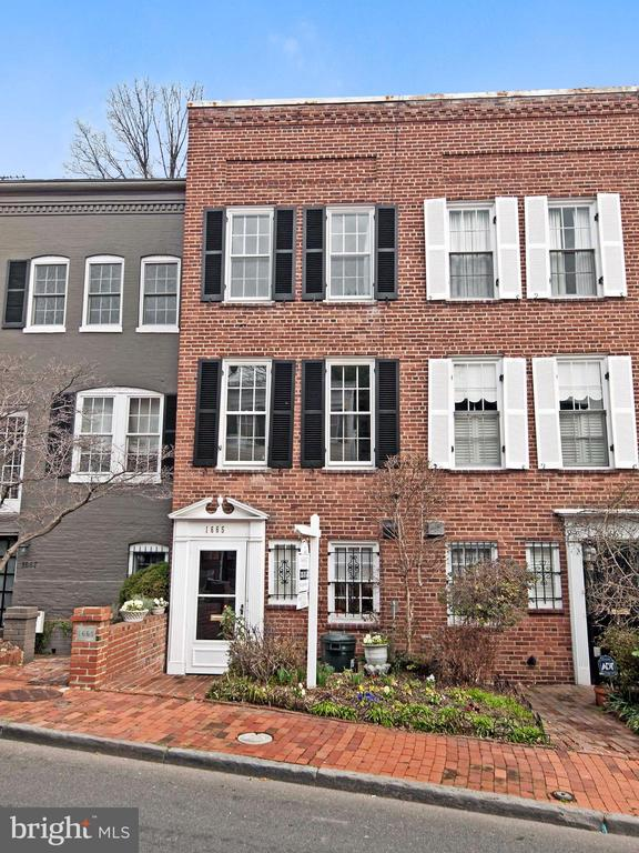 Sunny, brick federal with new hardwood floors in Georgetown's east village close to Montrose and Dumbarton Oaks. Spacious LR and library. Entry level kitchen with updated appliances, separate Dining Room, sitting/sun room and half bath. Two large bedrooms on upper level, each with en-suite bath.