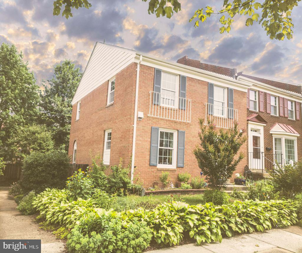 Well-designed spacious townhome with hardwood floor on main and upper level. Updated kitchen and bathrooms. New roof and windows (2018). New HVAC (November 2015). Walking distance from playground, school, shopping, and dining (Saratoga Shopping Center). Metrobus stop. Minutes from Fort Belvoir, Capital Beltway, and Franconia Springfield Metro.
