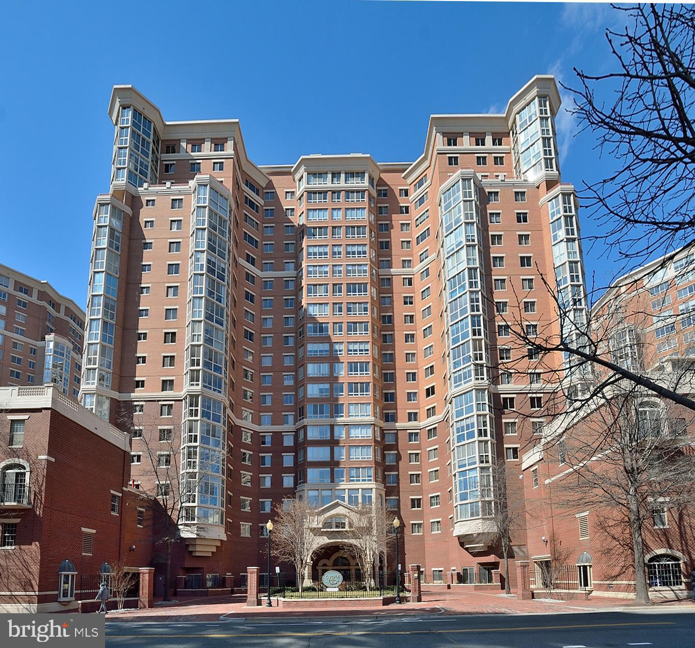 Well maintained, updated, spectacular views!    Wood floors.  New, upgraded eat-in kit, sep DR, Glass enclosed sunroom w/ view of Masonic Temple.  3BR, 3BA, 1 gar.  1 owner condo!