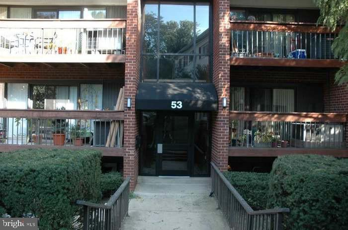 THIS ONE BEDRM CONDO HAS LARGE LIVINGRM SEPARATE DININGRM AND KITCHEN SECURED ENTRANCE  CLOSE TO  PARKS MINUTES FROM METRO