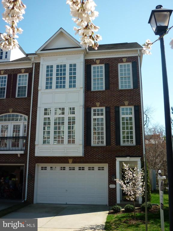 4399 Patriot Park Ct, Fairfax, VA 22030