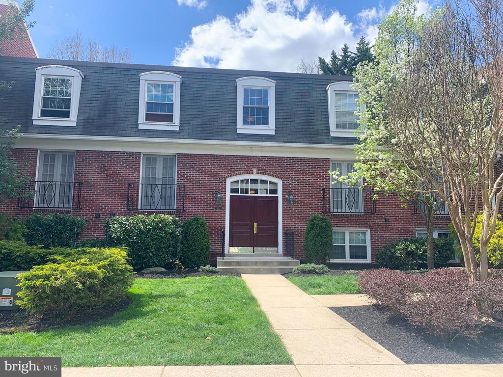 Amazing investment opportunity. Third floor condo in beautifully maintained GATED Community. 2 large bedrooms and 2 full baths. Balcony with peaceful view. Bring your offers!