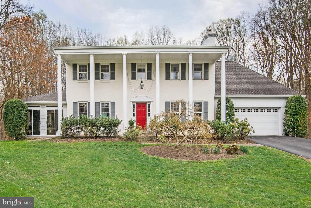 9527 Locust Hill Dr, Great Falls, VA 22066