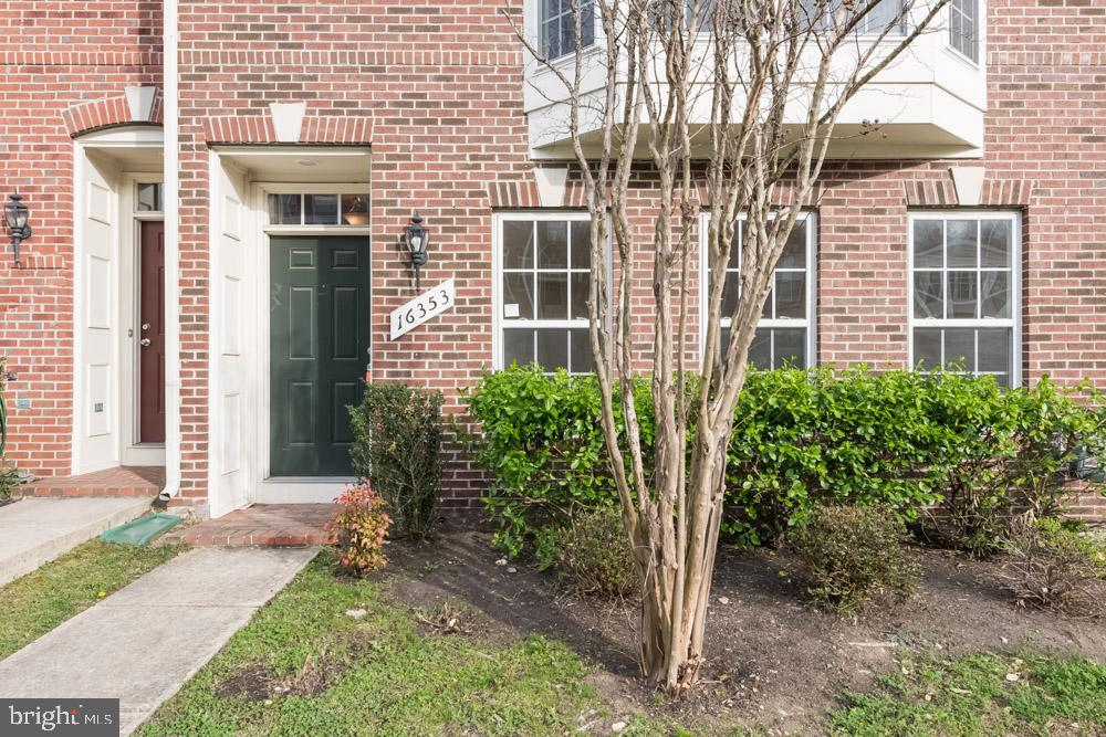 **HIGHEST AND BEST REQUESTED BY 8AM THURSDAY APRIL 18**                                                          Townhome in Woodbridge with top notch appliances! 3BR on three levels with hardwood floors, modern kitchen, bonus basement and much more!